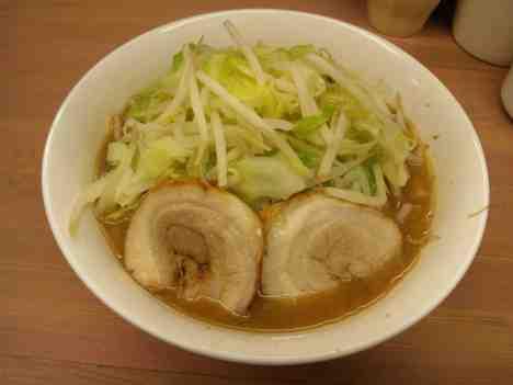 魔人豚のラーメンの口コミ 東武東上線「鶴ヶ島駅」から徒歩30秒ほど